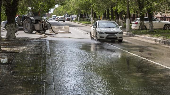 В центре Волгограда неделю не могут ликвидировать прорыв магистрального теплопровода