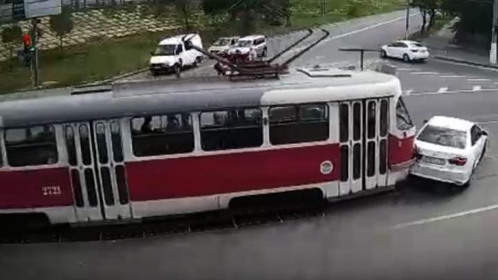 В Волгограде трамвай протаранил иномарку — видео