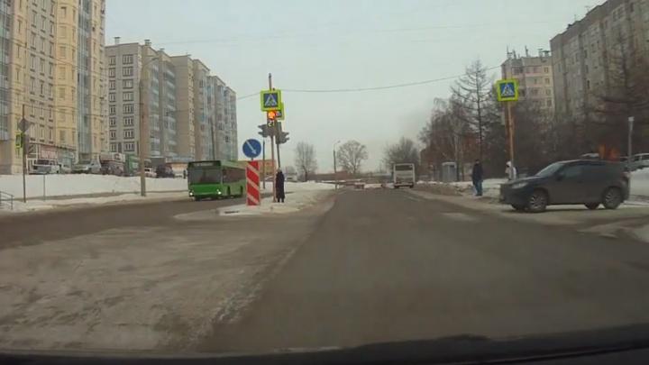 «Инстинкт подсказал»: маршрутчик объяснил, почему он проехал на красный светофора