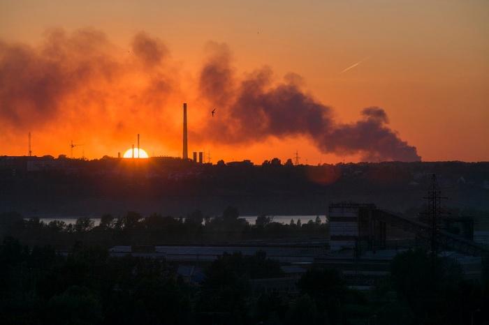 Свалка за Хилокским рынком дымит в Новосибирске третий день