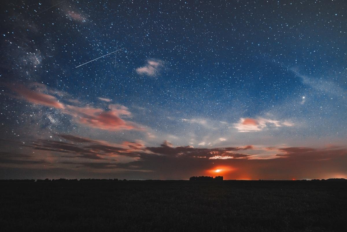 На снимках можно заметить падающие звёзды