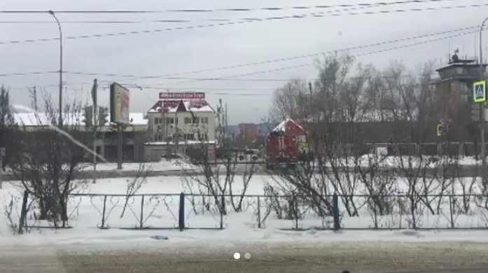 Автовокзал в Красноярске оцепили полиция и пожарные из-за подозрительной сумки