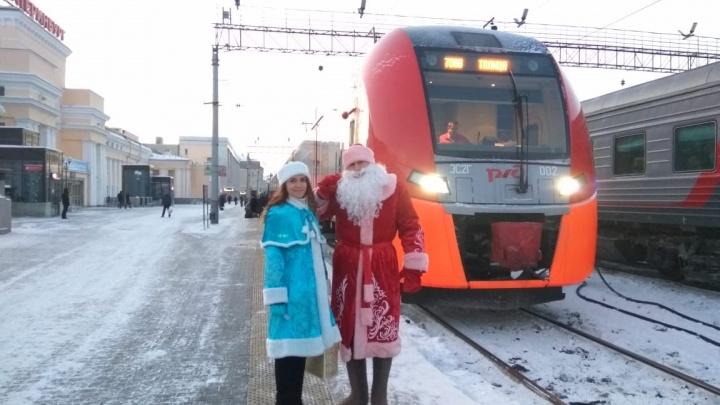 Из Екатеринбурга отправили первую «Ласточку» до Талицы: пассажиров провожали Дед Мороз и Снегурочка
