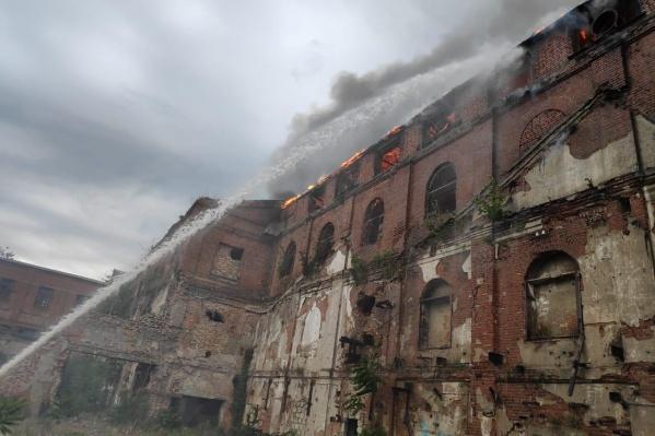 В Таганроге горит здание
