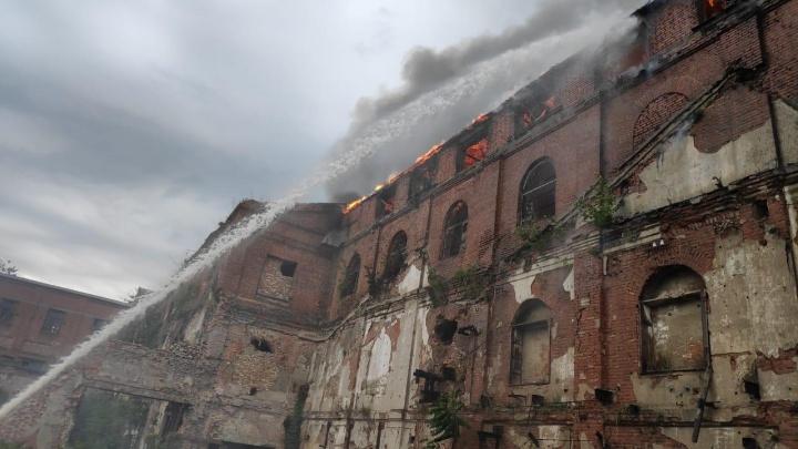 В Таганроге загорелось заброшенное здание