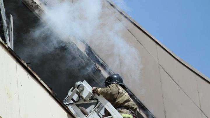 Девять человек спасли из горящего дома в Кургане