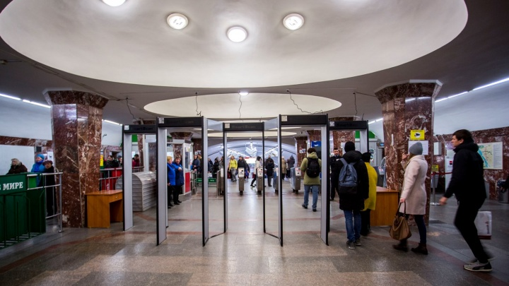 На станции «Площадь Маркса» поставили новые рамки-детекторы с пятью арками