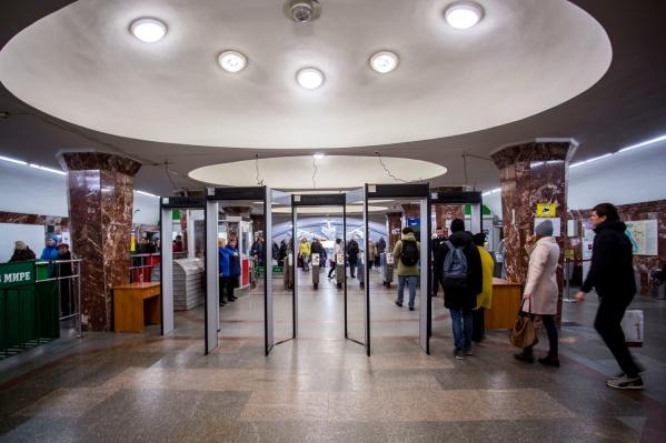 Рамки появились на входе со стороны ТОЦ «Версаль» и остановки «Магазин Кристалл»