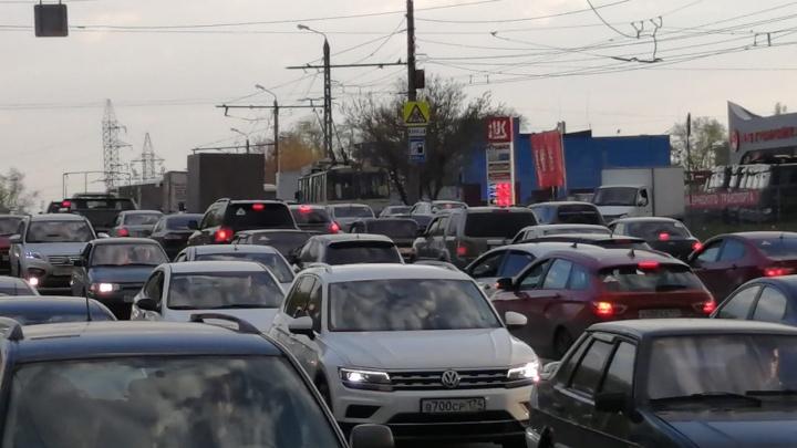 «Сильно пахнет газом»: на выезде из Челябинска образовалась огромная пробка