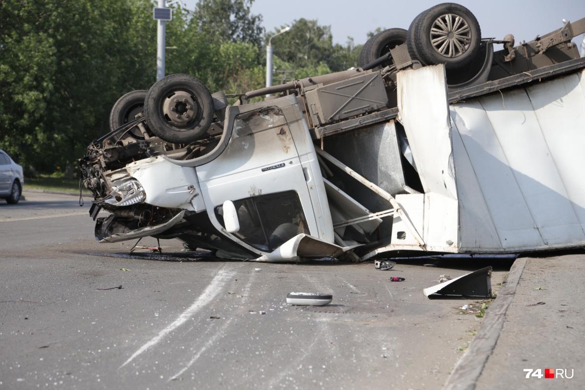 Грузовая «Газель» после удара опрокинулась и замерла на крыше