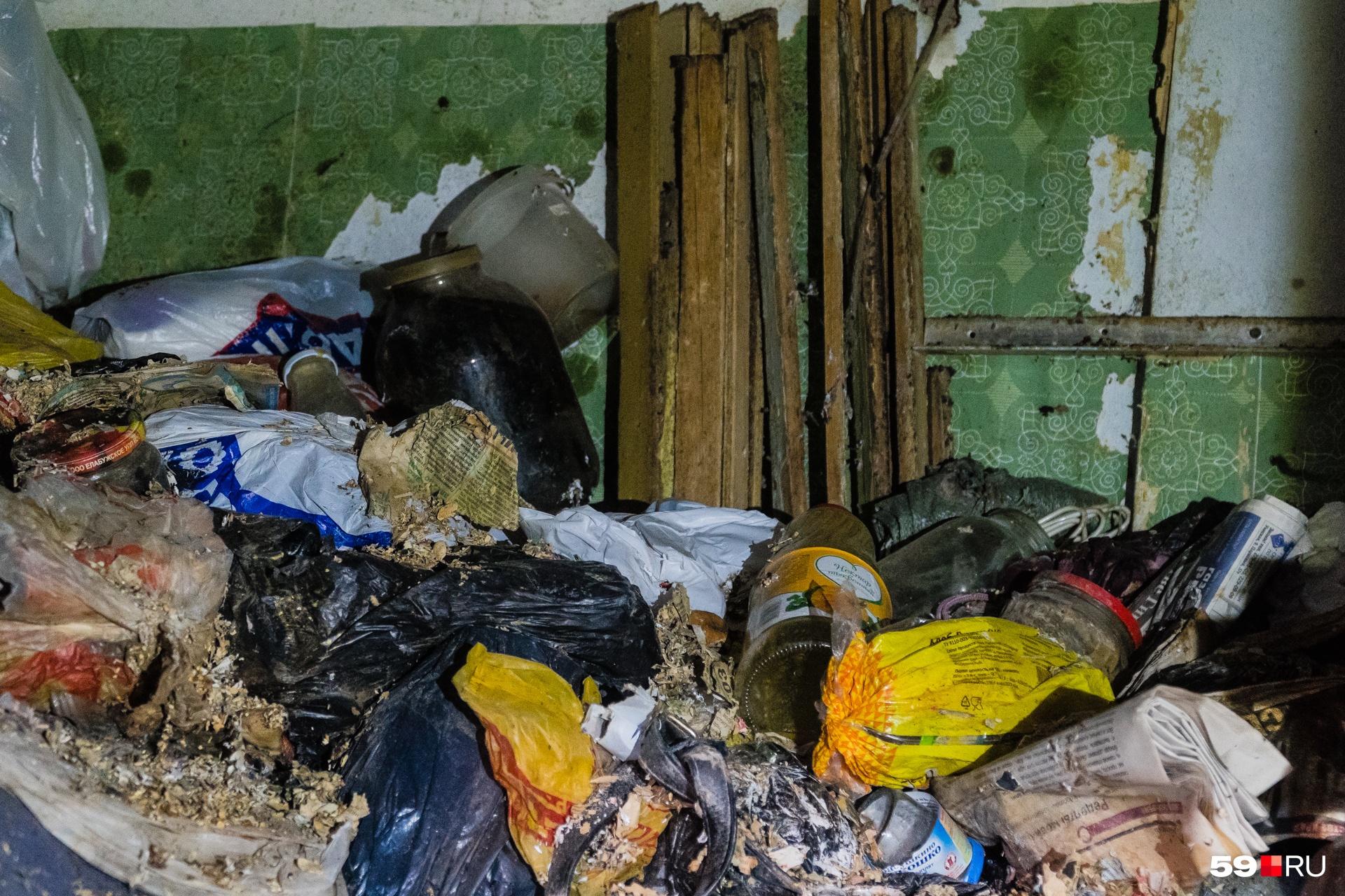 Это фото не передает запаха, исходящего от куч мусора, но можете нам поверить — он ужасен
