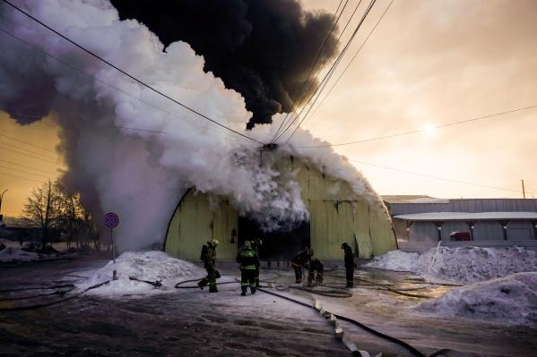 Здание загорелось в 6:30, площадь пожара составляет порядка трёхсот метров