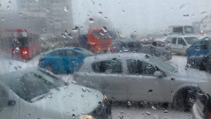 Гигантские пробки сковали левобережье: машины и общественный транспорт стоят на площади Труда