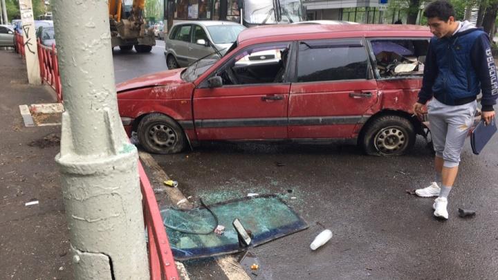 Иномарка влетела в светофор и перевернулась: подробности аварии с пострадавшими