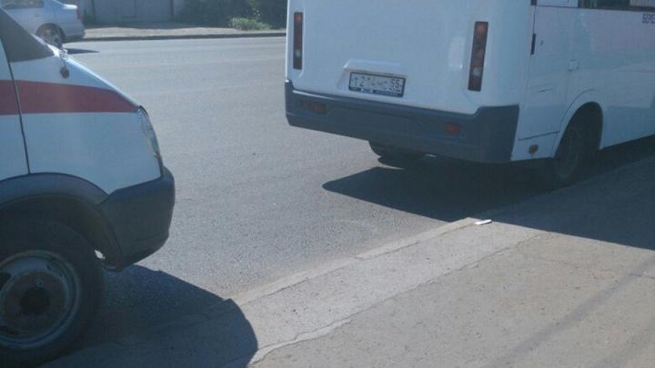 Омич проехал нужную остановку и разбил голову водителю маршрутки