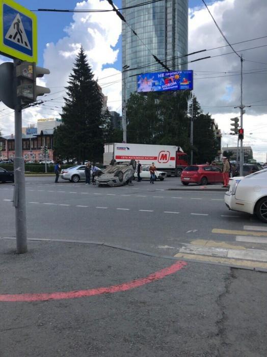 На Малышева — Розы Люксембург произошла авария с машиной автопарка правительства области