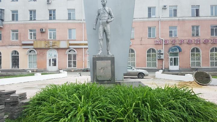«Они были самосеянцы»: Андрей Жижин рассказал, законно ли срубили деревья в сквере Коли Мяготина