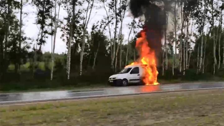 «И никто не остановился»: на трассе возле Ярославля загорелась машина