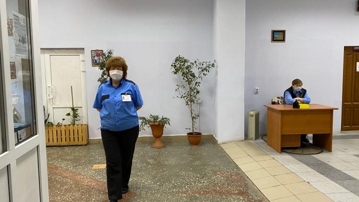 Египтяне в масках и дежурство врача: что происходит у общежития ТИУ, где живет студентка с коронавирусом