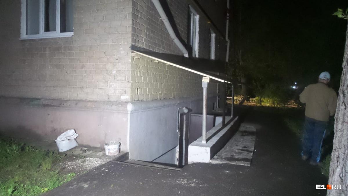 Вход в подвал, в котором и произошло возгорание