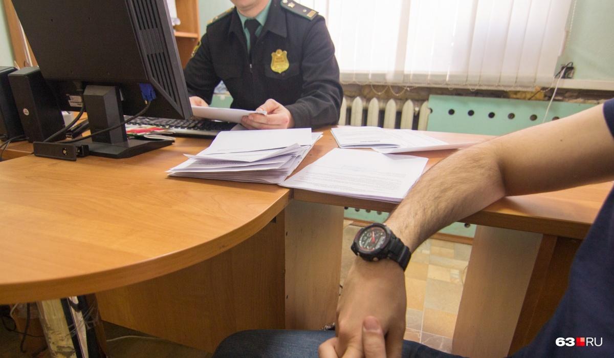 Должнику объяснили, что ему грозит административная или уголовная ответственность