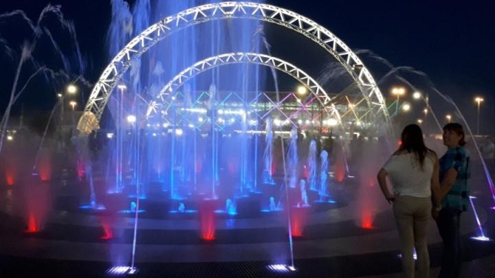 В Волгограде фееричным музыкально-световым шоу открыли Мемориальный парк