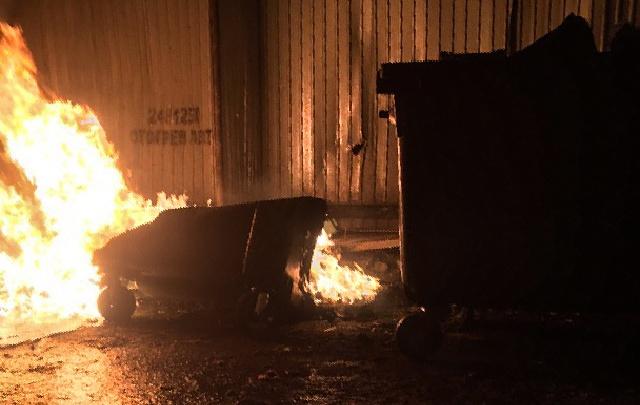«Война продолжается»: в челябинском дворе ночью сгорели пластиковые мусорные контейнеры