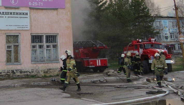 Вывели 200 рабочих, работали 60 спасателей. Хроника тушения пожара на заводе в Лысьве