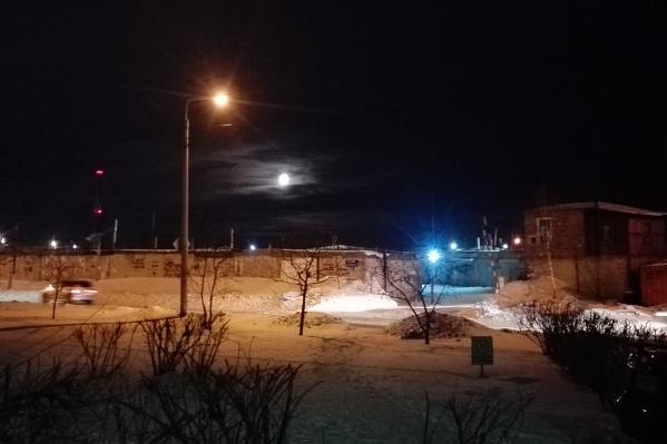 На фото трудно передать, что луна уже выглядит гораздо больше обычного