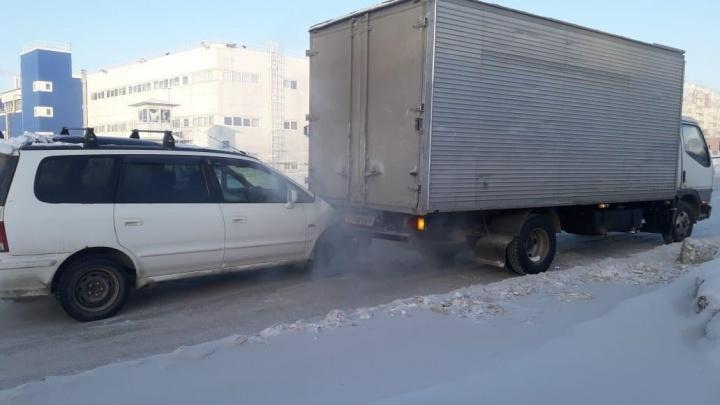 «Хонда» заехала под грузовик рядом с Гусинобродским шоссе: пассажирку увезли в травмпункт