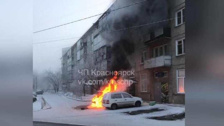 «Хотел завестись с ключа»: БМВ сгорела возле подъезда на 2-й Хабаровской