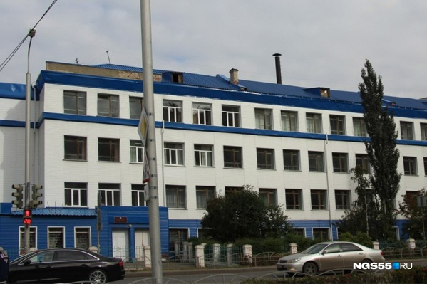 """Фасад школы <nobr class=""""_"""">№ 65</nobr> обшит сайдингом и выглядит весьма респектабельно&nbsp;"""