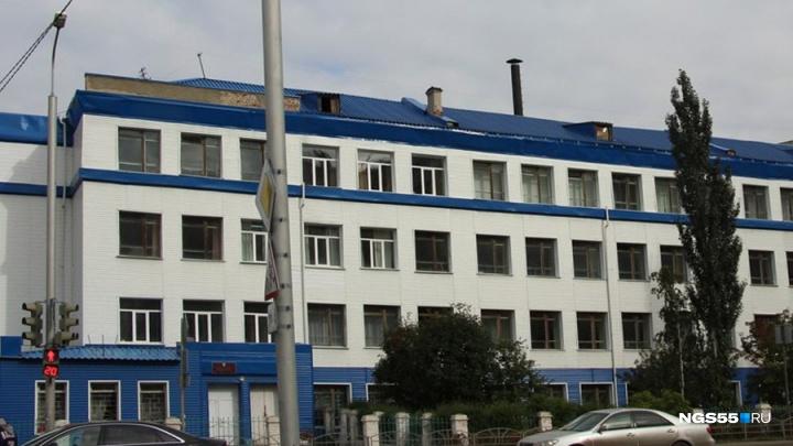 В омской школе парты покрасили водоэмульсионкой