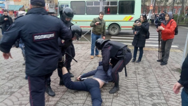 Красноярец вышел на пикет против приговоров участникам митинга Навального и был избит