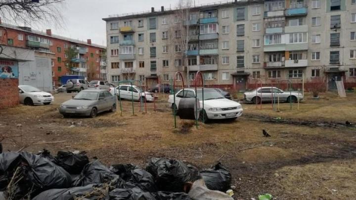 «Если есть зелёная трава — штрафуем»: как борются с незаконными парковками в Омске