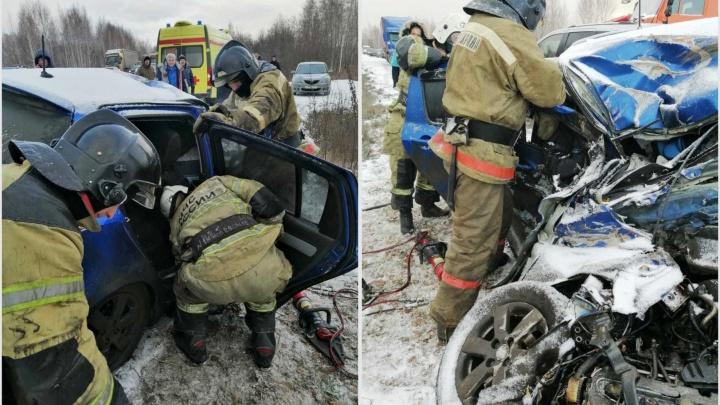 На Красноярском тракте иномарка превратилась в груду металла после столкновения с КАМАЗом