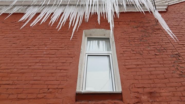Дважды за один день: в Уфе от падения льда с крыши пострадали пешеход и машина