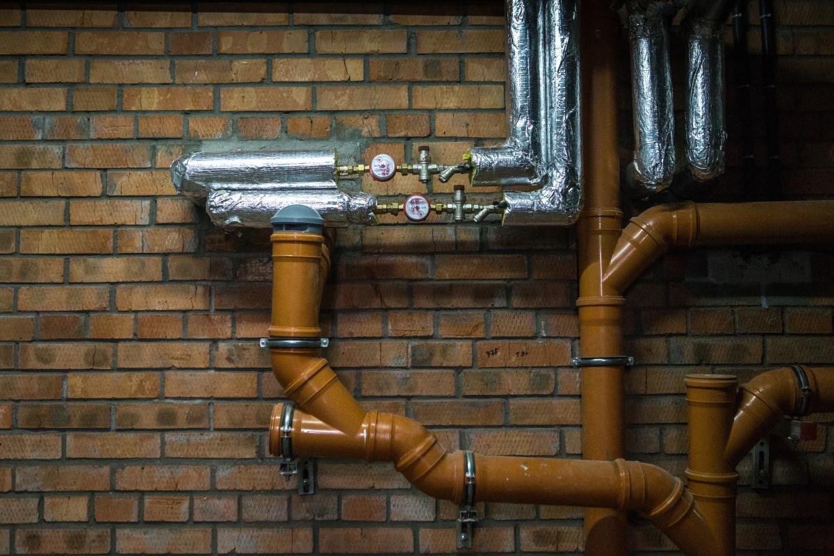 Трубы полопались из-за старости и избыточного давления воздуха
