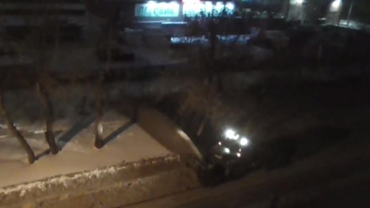 Трактор при уборке дороги засыпал небольшой парк чёрной снежной кашей