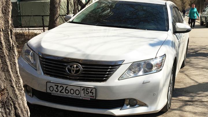 «Я паркуюсь как чудак»: «Камри» ООО — двойной беспредел в самом центре Новосибирска