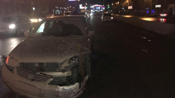 Не успел затормозить: «Хонда» столкнулась с двумя автомобилями в пробке на Танковой