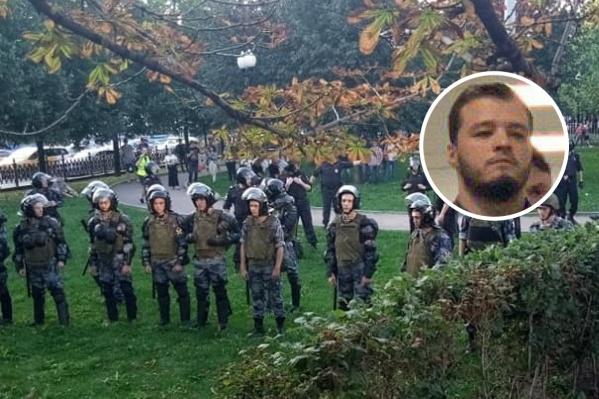 По словам Никиты Чирцова, когда его стали задерживать, он просто выставил руки и начал убегать от сотрудников полиции