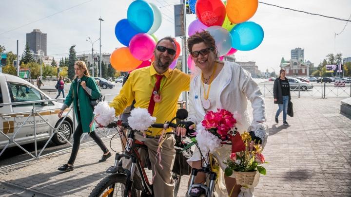 Сыграли свадьбу на колёсах: жених и невеста проехались по Красному проспекту на велосипедах