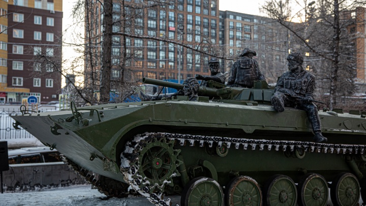 На Красный проспект вернули памятник с БМП — теперь он украшен скульптурами военных
