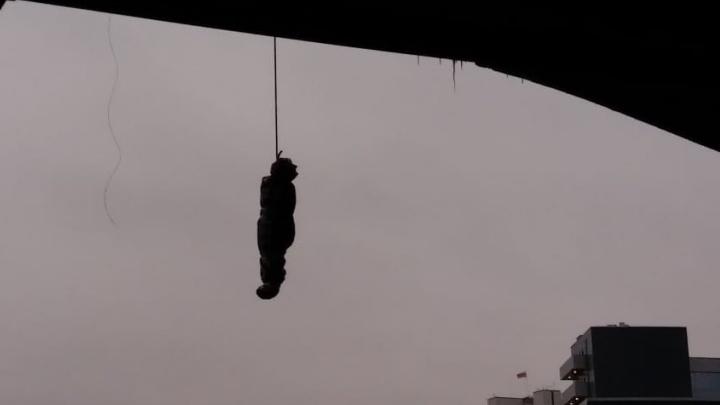 За повешенный на Макаровском мосту«труп» кто-тодолжен ответить? Мнения юристов