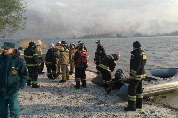 Добираться к месту пожара спасатели вынуждены на лодках