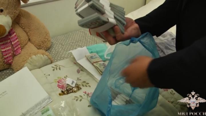 «Миллионы в валюте и золото»: видео обысков в пентхаусе бывшего директора «Реставрации»