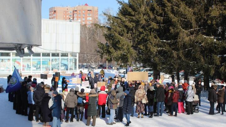 «В школе давка и толкучка»: в Академгородке провели митинг за пристройку к проблемной гимназии