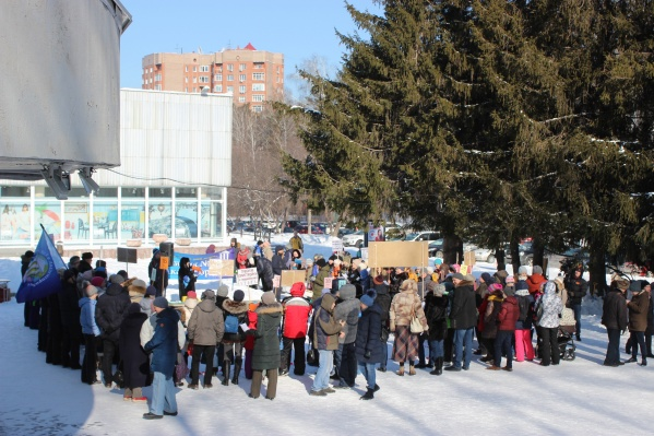 На митинг вышли родители, школьники и учителя