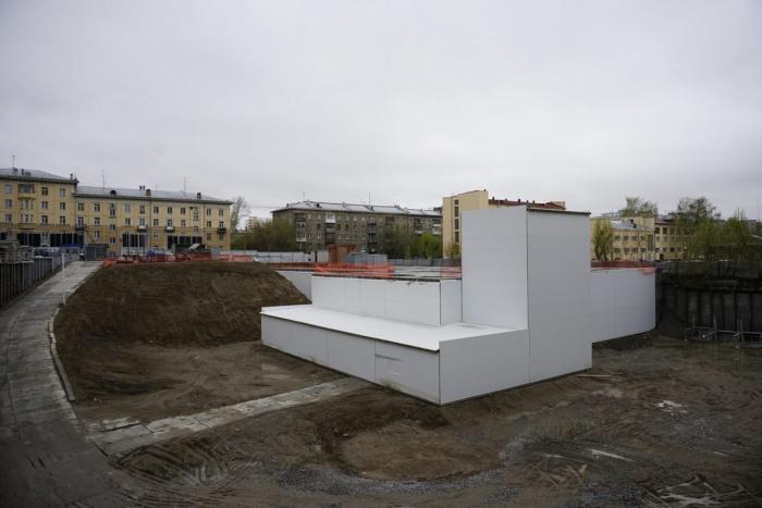 Весной здесь закончили строить подземный паркинг будущего комплекса